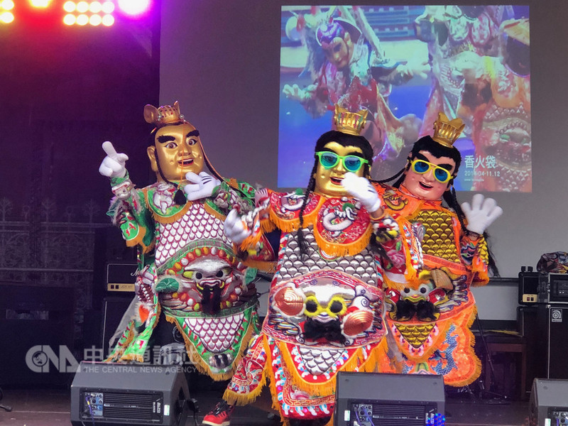 英國曼徹斯特台灣日8日盛大開幕,打狗亂歌團的勁歌熱舞,讓現場充滿濃濃台味。中央社記者戴雅真曼徹斯特攝 107年9月9日