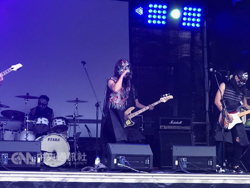 英國曼徹斯特台灣日8日盛大開幕,董事長樂團戴上家將面具演唱,現場民眾熱情呼應。中央社記者戴雅真曼徹斯特攝 107年9月9日