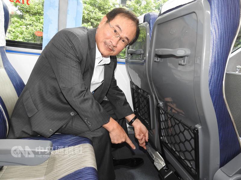 台北客運新闢新北快速公車965「板橋-金瓜石」路線10日開通,台北客運董事長李博文展示座椅下方的手機充電座,方便國內外旅客搭乘。中央社記者王鴻國攝 107年9月10日