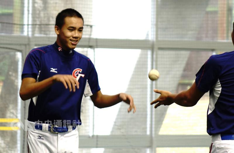 U18亞洲青棒錦標賽冠軍戰,中華隊10日派出賽前就備受矚目的投手李晨薰(左)先發抗韓,與捕手戴培峰投捕搭檔。中央社記者謝靜雯攝 107年9月10日