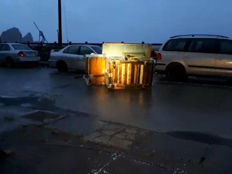 受到熱帶性低氣壓影響,蘭嶼10日颳起強風,物品被吹到馬路上。(民眾提供)