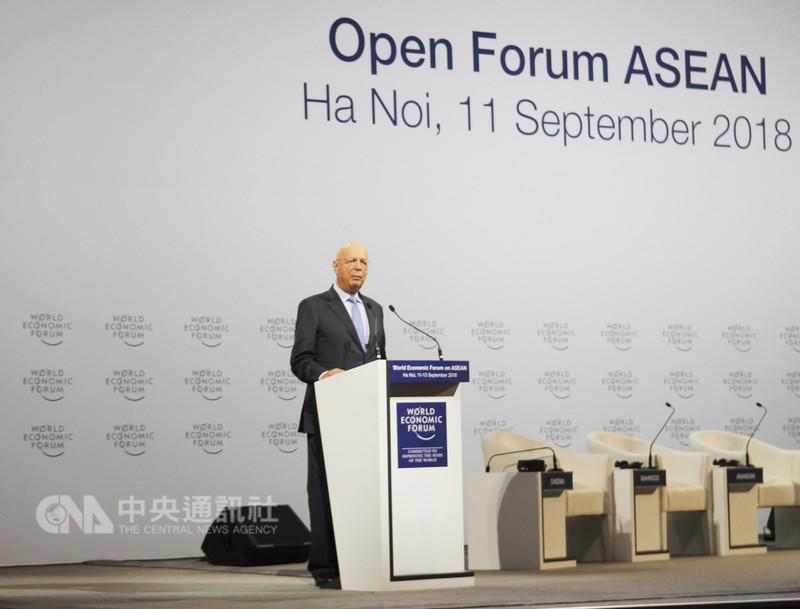 越南科技部與世界經濟論壇今天在河內市聯合舉辦一項有關第4次工業革命的座談會,圖為WEF創辦人兼執行董事長史瓦布(Klaus Schwab)在會上致詞。中央社河內攝 107年9月11日