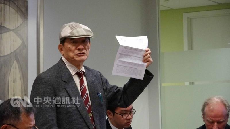 入聯宣達團團長蔡明憲展示寫給聯合國秘書長與包括中國在內的194個聯合國會員的公開信,希望推動台灣入聯。中央社記者江今葉華盛頓攝 107年9月12日