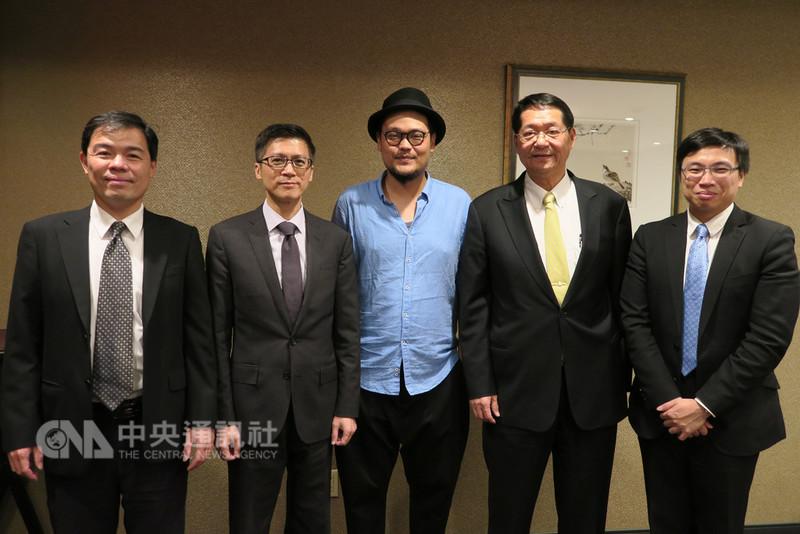 樂團蘇打綠團長阿福(中)休團期間投身藝文推廣工作,號召25位台灣藝術家到紐約辦展。中央社記者尹俊傑紐約攝  107年9月12日
