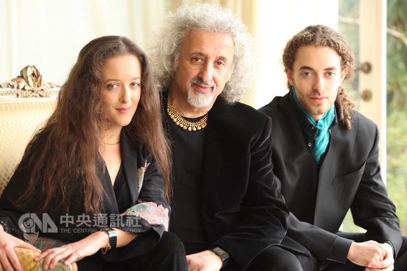 大提琴家米夏.麥斯基(Mischa Maisky)(中)將再度訪台,這次將帶著女兒、鋼琴家莉莉.麥斯基(Lily Maisky)(左),以及兒子、小提琴家薩沙.麥斯基(Sascha Maisky)(右)來台演出三重奏。(上善藝術x若水藝術提供)中央社記者鄭景雯傳真 107年9月12日