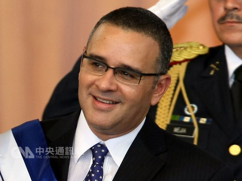 薩爾瓦多檢方指稱,部分台灣捐款遭薩爾瓦多前總統傅內斯(前)挪用。(中央社檔案照片)
