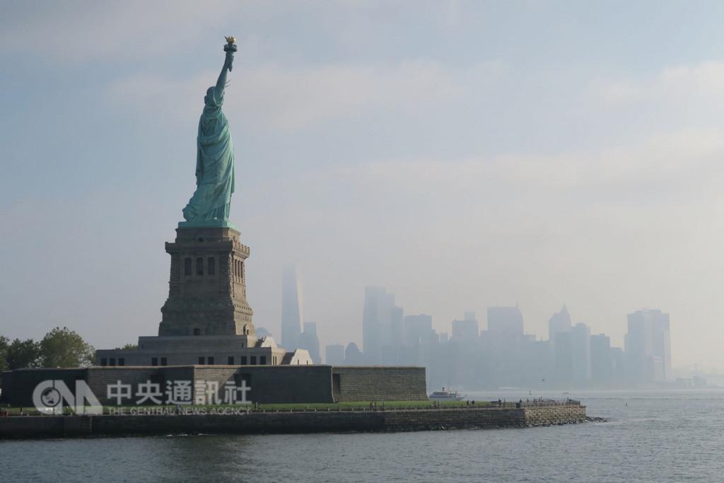 自由女神像被視為美國與自由象徵,對外來移民傳達歡迎訊息,1886年落成至今已守護紐約港132年。(資料照片)中央社記者尹俊傑紐約攝 107年9月23日