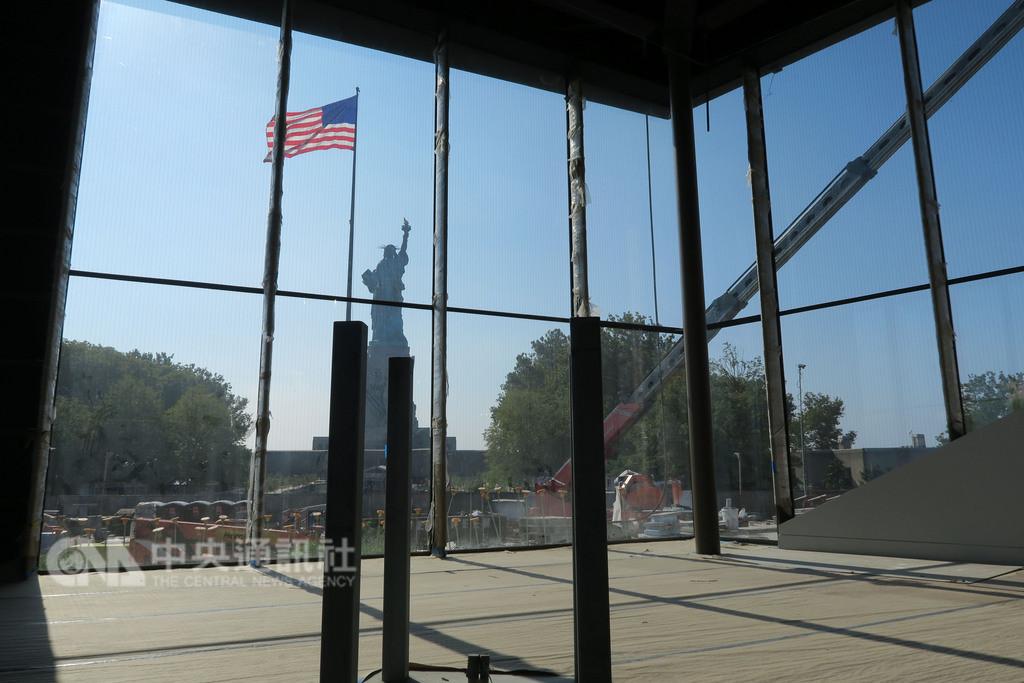 自由女神像新博物館未來將陳列原版火炬,透過落地窗,館內訪客可見到火炬與自由女神像遙相呼應。(資料照片)中央社記者尹俊傑紐約攝 107年9月23日
