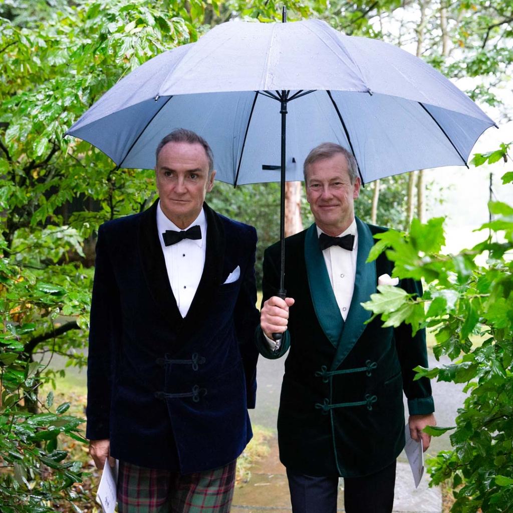 英國女王表親伊瓦爾.蒙巴頓勳爵(右)完成與男友柯益爾的婚禮,成為首位與同性結婚的英國王室成員。(圖取自伊瓦爾.蒙巴頓IG網頁www.instagram.com/ivar_mountbatten)