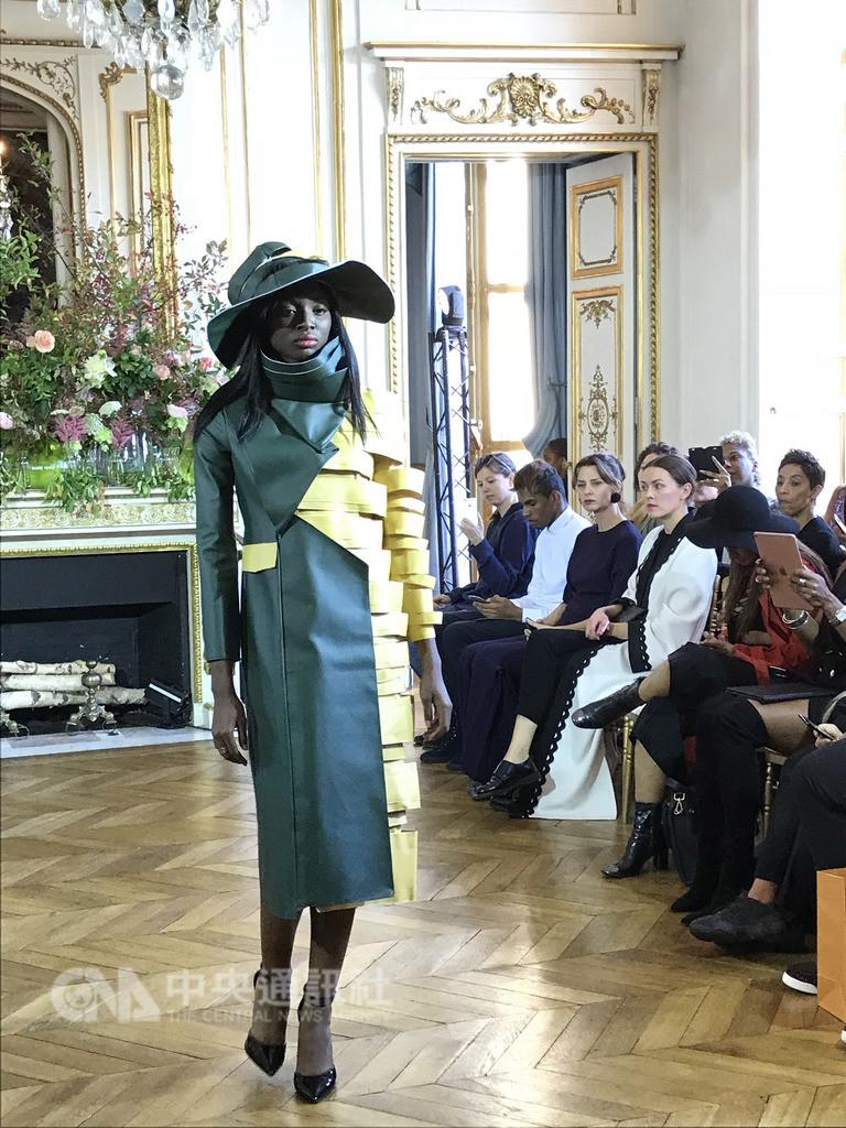 台灣服裝設計師施堉霖在巴黎時裝週展示「向畢卡索致敬」系列,從畫家畢卡索的立體主義風格畫作汲取靈感,設計上透過幾何塊狀拼接或不對稱表達立體印象。中央社記者曾依璇巴黎攝 107年9月26日