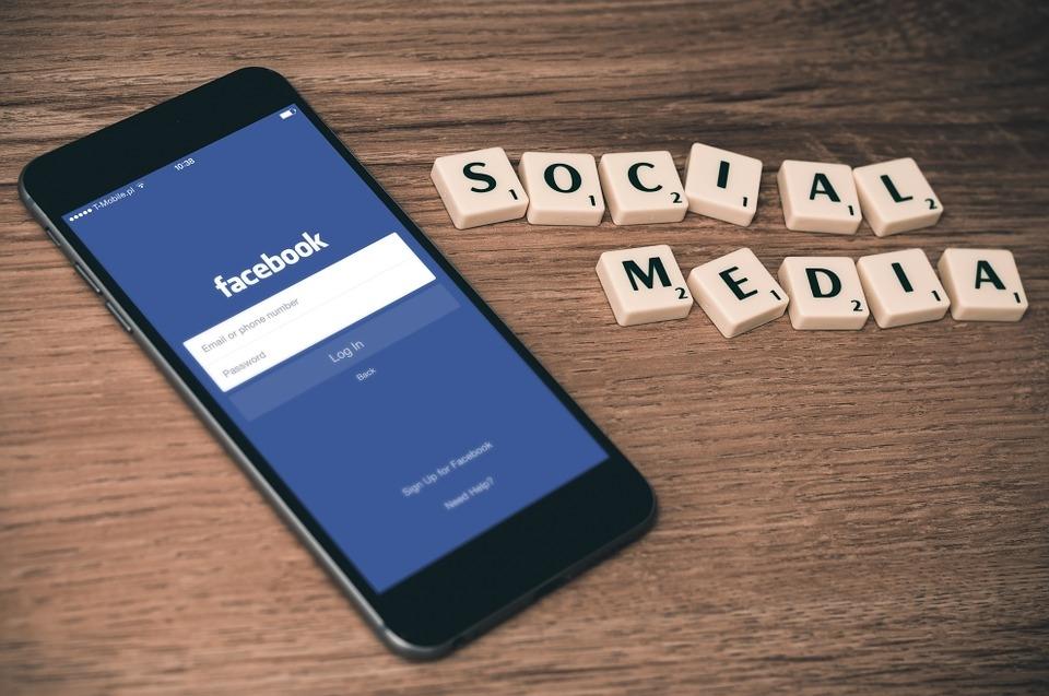 社群媒體龍頭臉書表示,本週得知駭客利用程式漏洞竊取「存取權杖」,拿到可以進入用戶帳號的數位鑰匙,多達5000萬個臉書帳號遭駭客入侵,27日晚間完成修補。(中央社檔案照片)