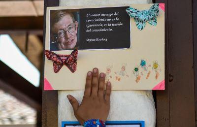 霍金啟發他們科學之路 哥倫比亞孩童悼英雄