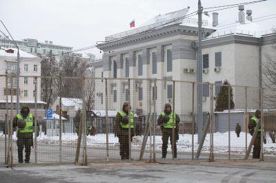 阻止俄羅斯公民投票 烏克蘭警方柵欄包圍俄使館