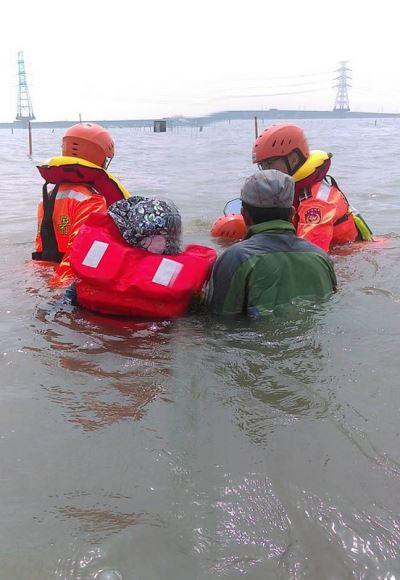 採文蛤海水上漲  2人受困獲救