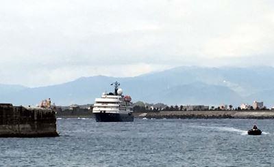 大船進不了港橡皮艇接駁 遊客:像諾曼第登陸