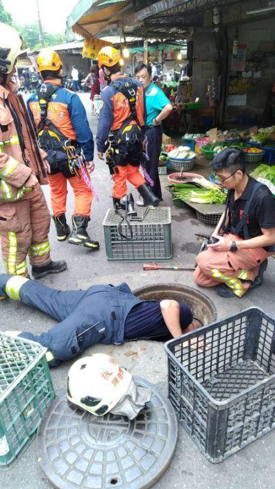 男子下水道清淤受困 消防員順利救出