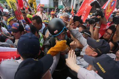 警消不服從陳抗衝突 2警4記者受傷