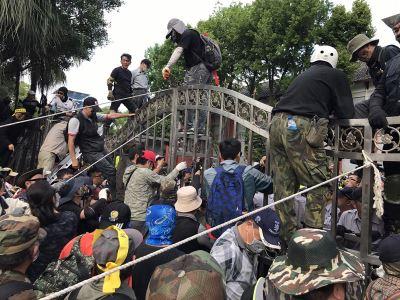 反年改八百壮士冲立院 员警记者混乱中受伤