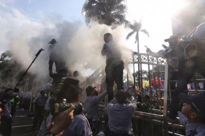 八百壯士立法院前爆衝突 3員警遭潑不明液體