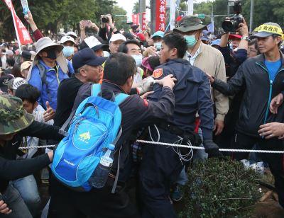 王丹:八百壯士打警察 太陽花學生被警察打