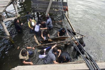 菲官員視察政府工程 木橋坍塌全墜海