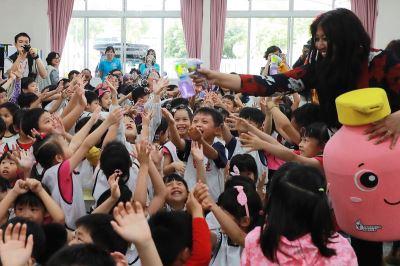 腸病毒預防 外國專家與小朋友體驗洗手趣