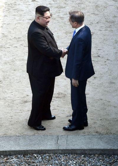 金正恩文在寅微笑握手 互跨北緯38度線