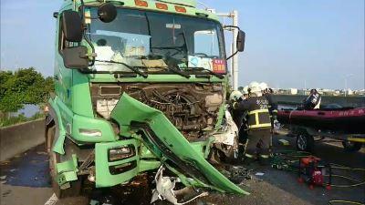等紅燈遭大貨車撞  自小客車內1死2傷
