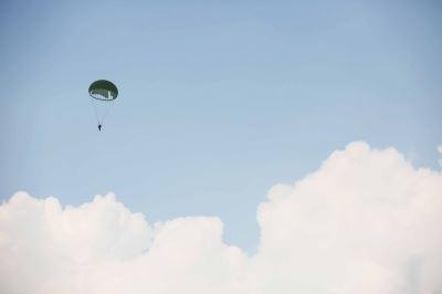你所不知的跳傘先鋒 試風員自摺自跳靠經驗[影]