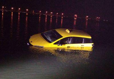 嘉義計程車被漲潮淹沒 司機幸無受困