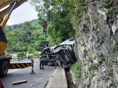 聯結車自撞蘇花山壁 駕駛獲救
