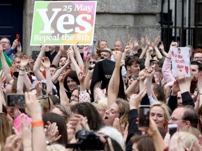 墮胎解禁獲壓倒性勝利 愛爾蘭民眾擁抱歡呼
