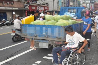 輪椅兄街頭賣西瓜遭開罰 網友助促銷