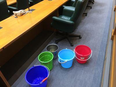 雲林縣議會議事廳漏水 疑似頂樓側板裂開滲水