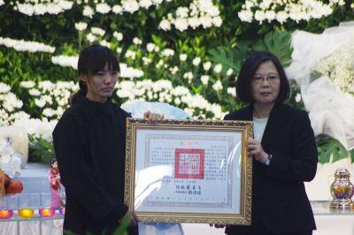 送飛官吳彥霆最後一程 蔡總統允諾照顧家人