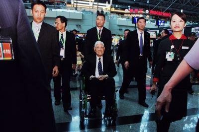 李登輝出訪沖繩 心情愉悅微笑說好