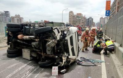 貨車翻覆橫躺台64快速路 2傷者送醫