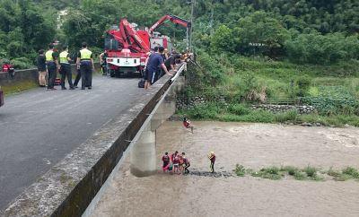 三峽大豹溪水暴漲 救援烤肉受困7人