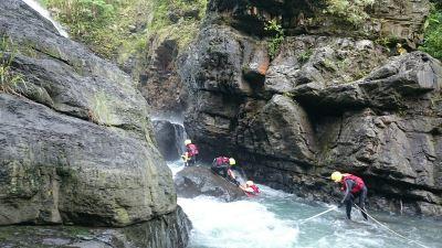 女子三峽掉落瀑布 天黑下雨停止搜救