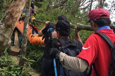 美籍登山客膝蓋扭傷 警民接力護送下山