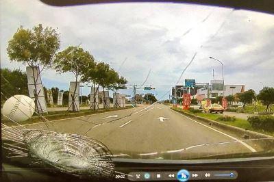 天外垒球砸破挡风玻璃  女驾驶与子尖叫受惊