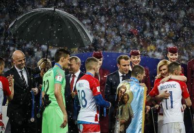 世足最美一幕 克羅埃西亞總統雨中流露真情