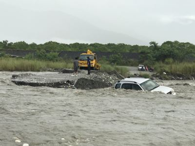 花蓮山區大雨溪水暴漲 瓜農受困萬里溪獲救