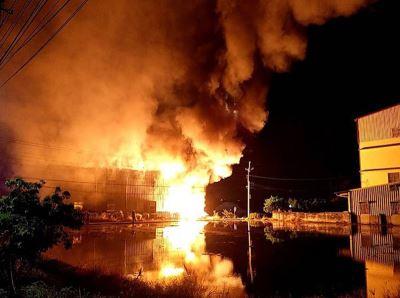 台中大雅工廠火警  出動乾式泡沫布線搶救