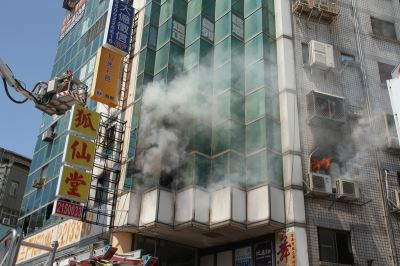 台南住商大樓冒火 人員急疏散無傷亡[影]