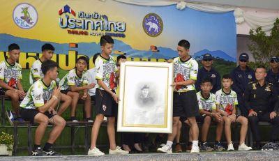 泰洞穴獲救少年足球隊亮相 曾挖洞自救未果