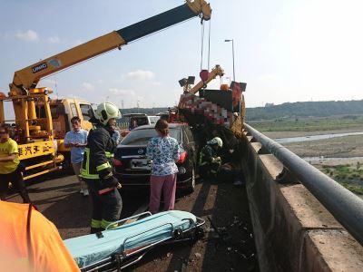 轎車追撞國道工程車 3人受傷送醫