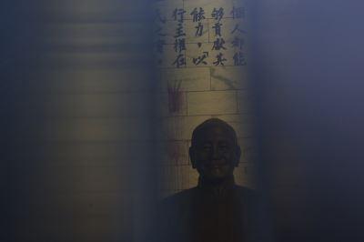 獨派朝中正紀念堂銅像潑漆 警依社維法裁罰