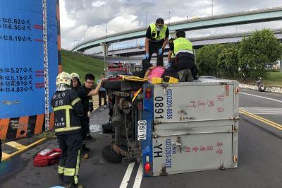 新北疏洪道 小货车翻覆一人受伤送医