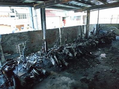 台南大樓停車場火警 多輛機車腳踏車被燒毀